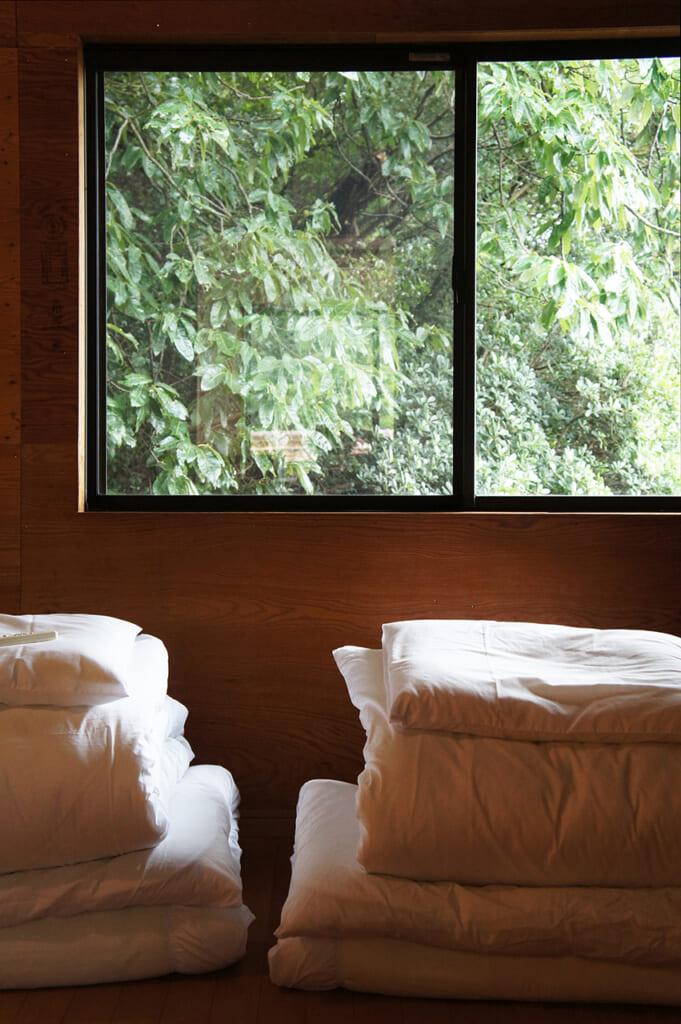 Una stanza con dei futon ripiegati