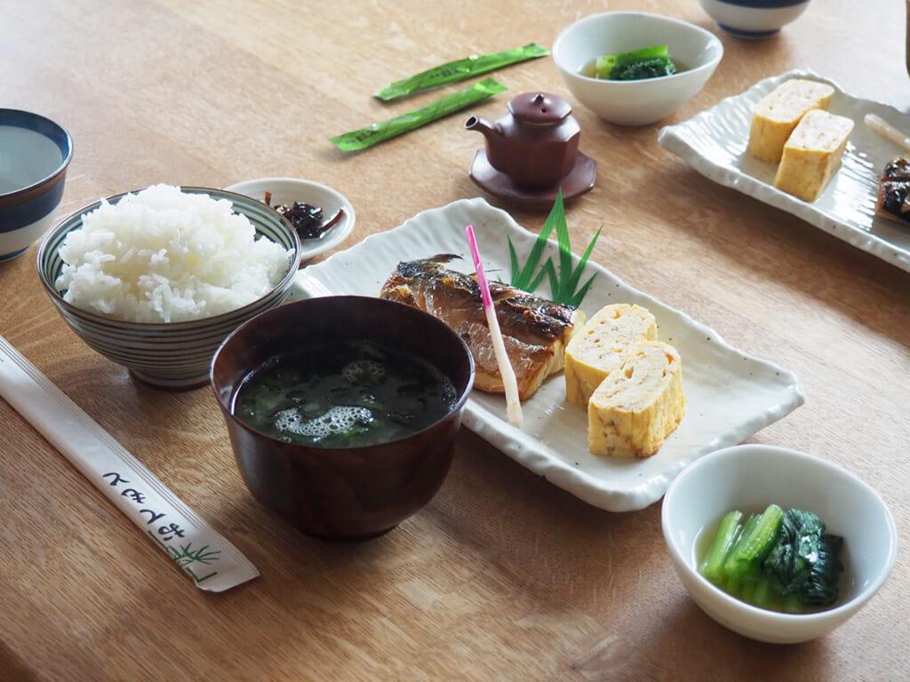 Un pasto in stile giapponese con riso, zuppa di miso e pesce