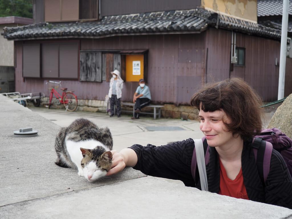 Una ragazza accarezza un gatto