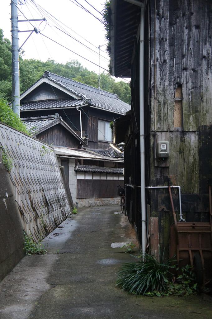 Una strada stretta che costeggia delle vecchie case