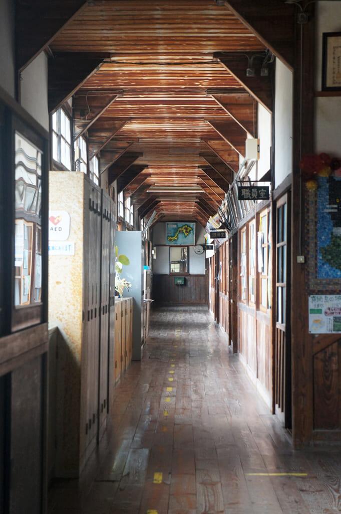 Un lungo corridoio in una vecchia scuola giapponese