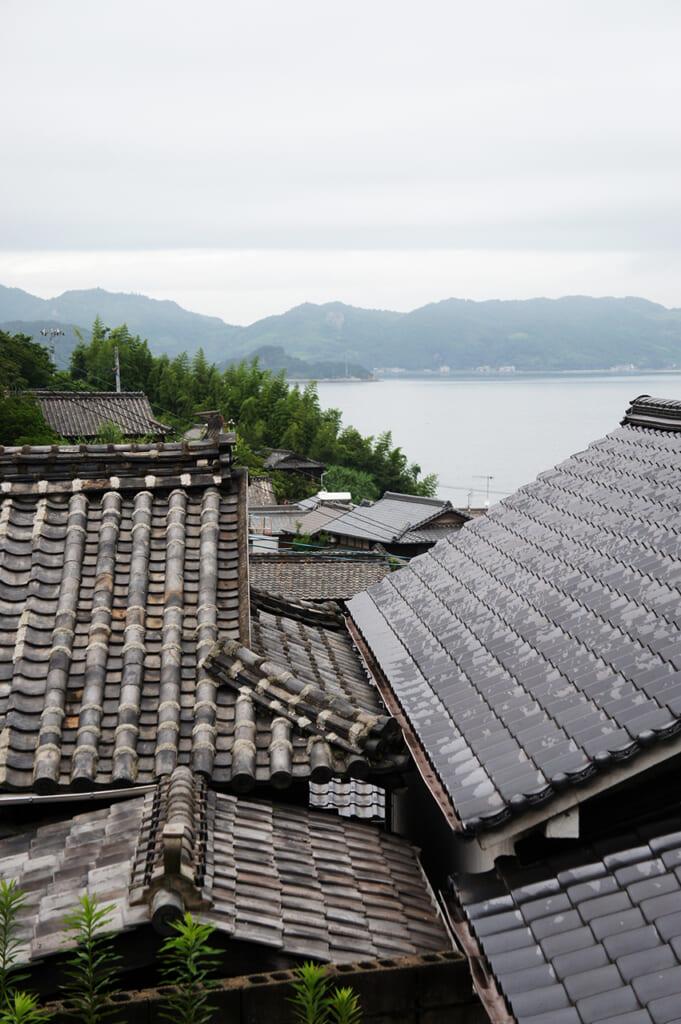 Tetti di case giapponesi con vista sul mare