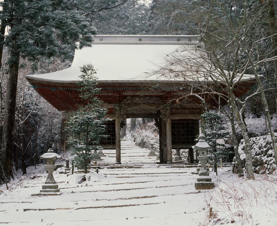 Portale dell'Akiha Jinja d'inverno con la neve