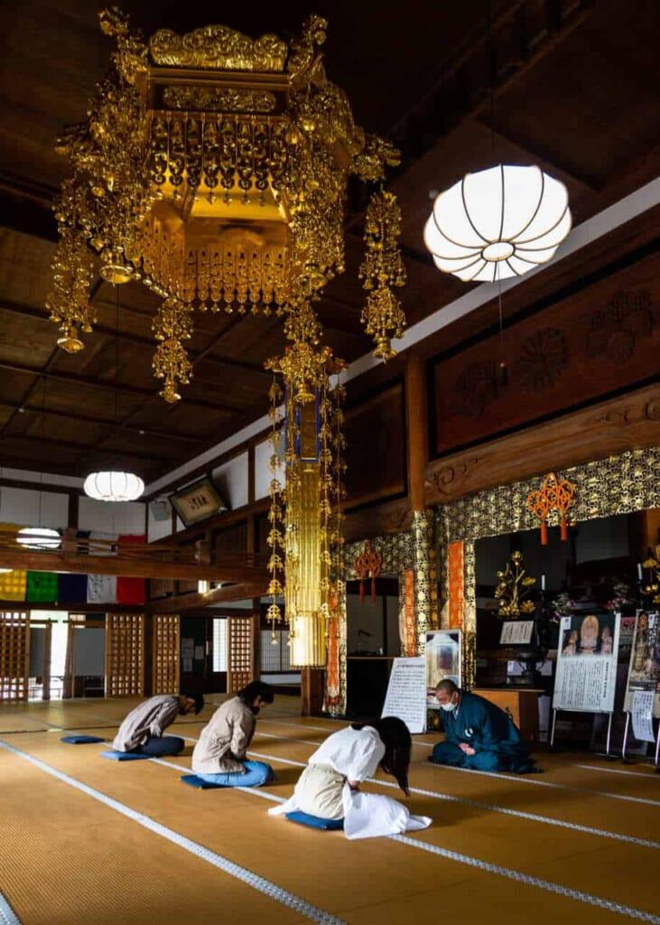 Meditazione zen in una sala del tempio Hoko-ji