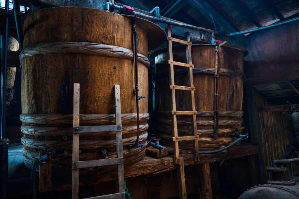 Botti in cui fermenta la salsa di soia