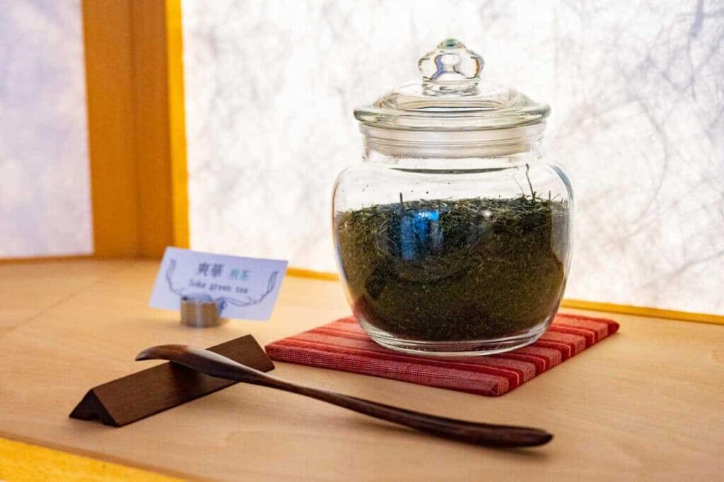 Foglie di tè verde in un barattolo di vetro