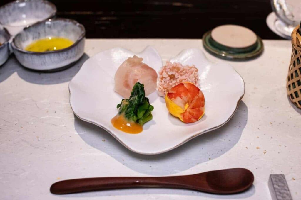Piattino con pietanze giapponesi