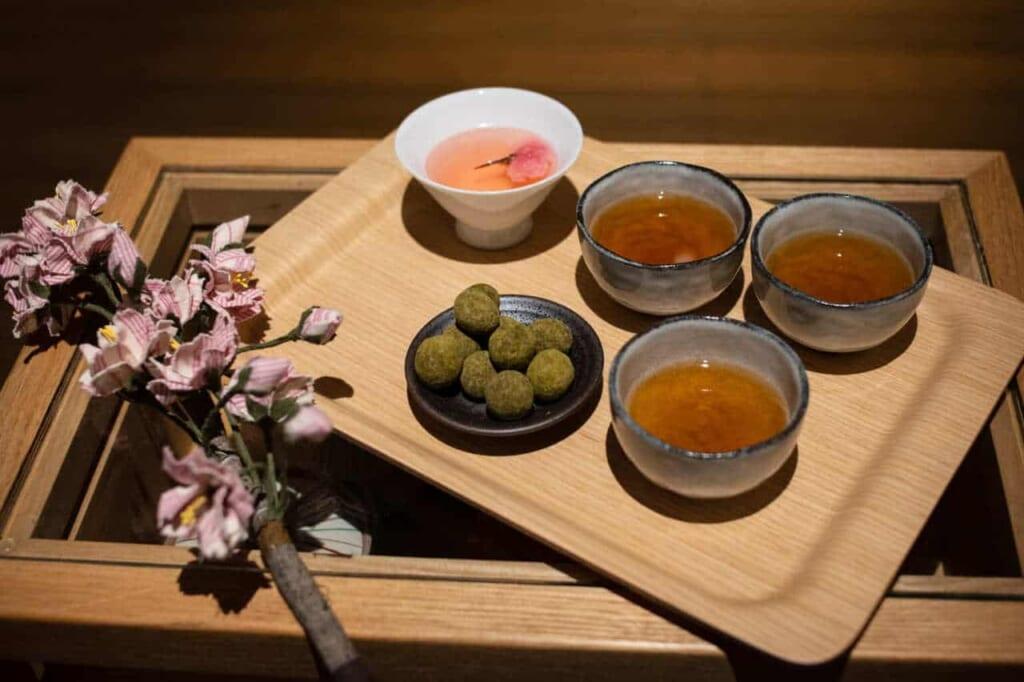 Vassoio con tazze di tè giapponese e dolcetti