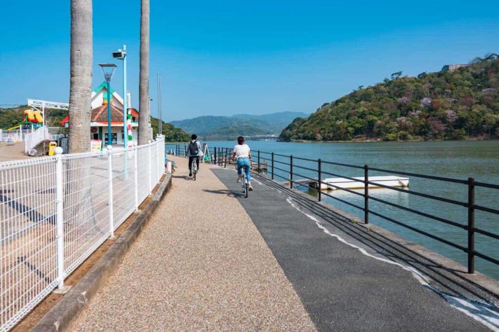 Pista ciclabile lungo il lago Hamana