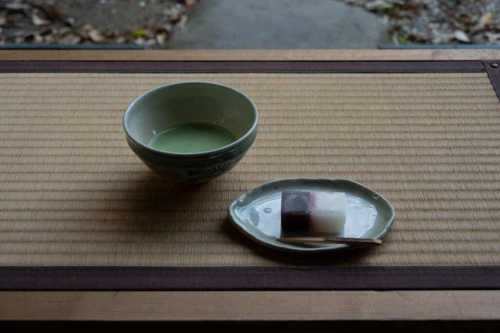 Tazza di tè verde matcha e dolce tradizionale giapponese