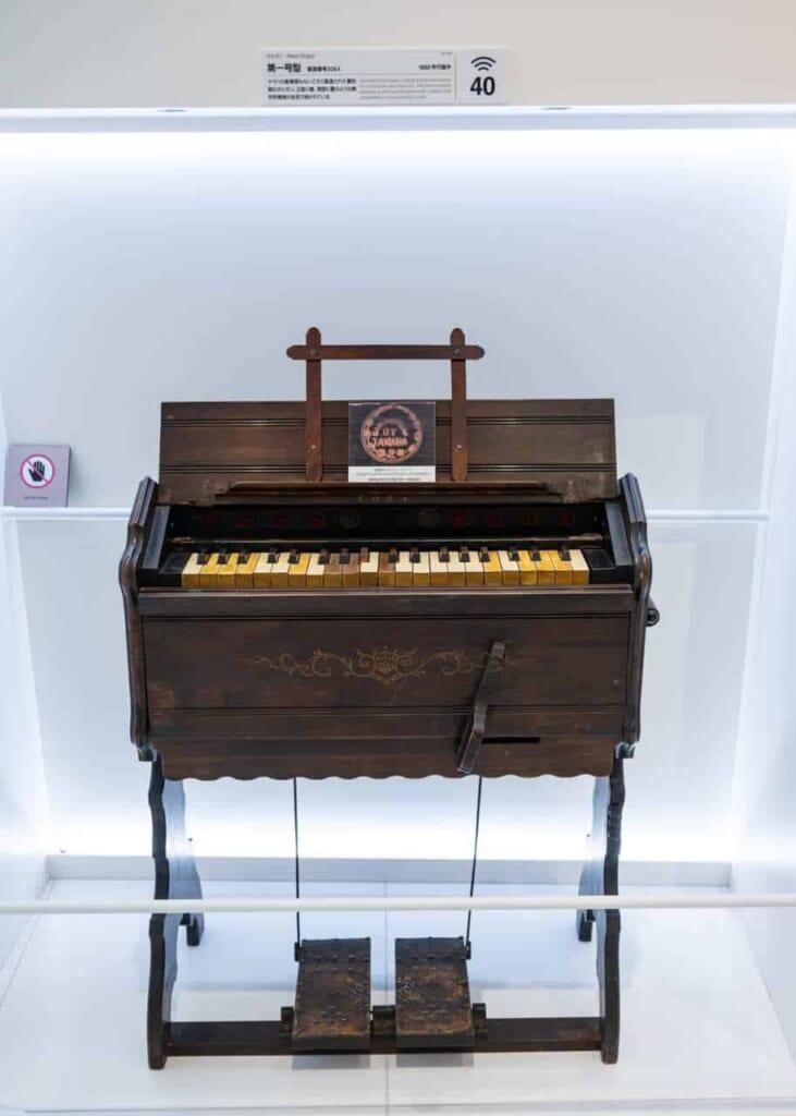 Antico pianoforte Yamaha in esposizione