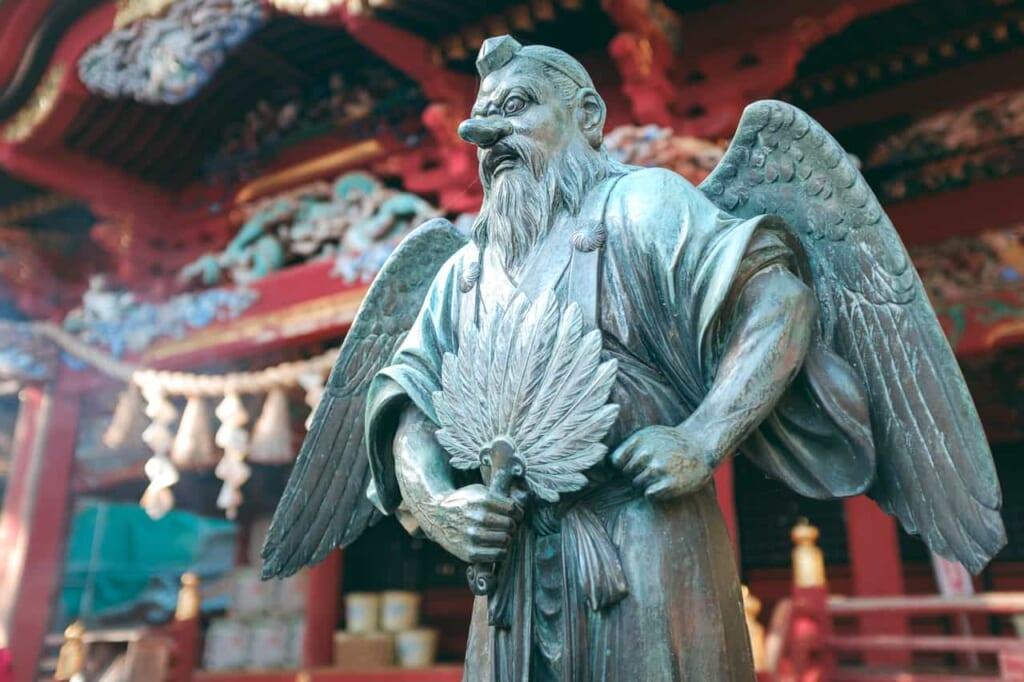 Una statua di Tengu di fronte a un tempio