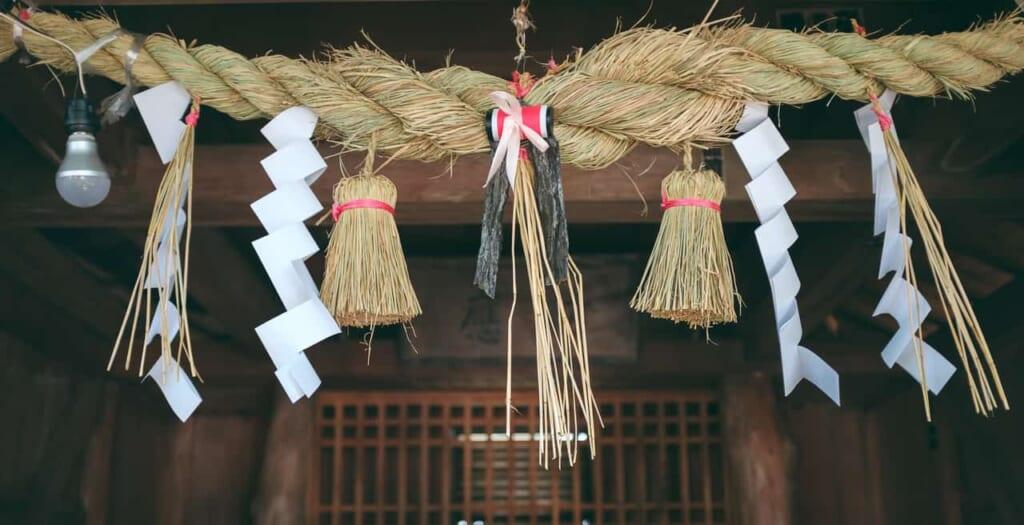Corde intrecciate Shimenawa appese in un santuario