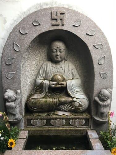 Una statua di Buddha con il simbolo manji