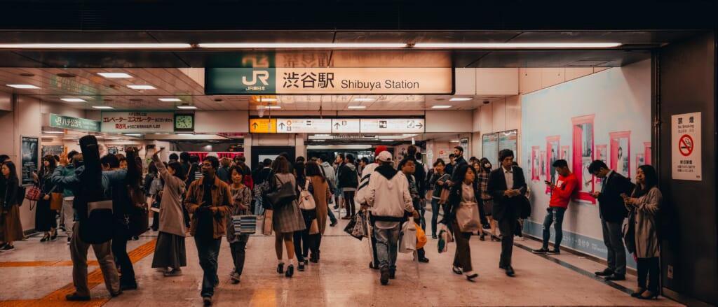 Passaggio affollato nella stazione di Shibuya, Tokyo
