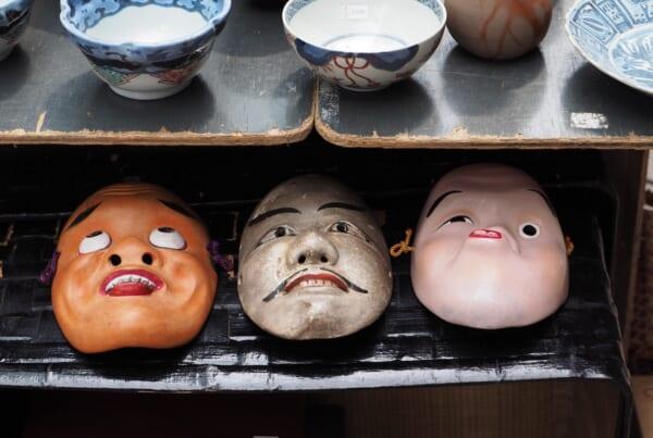 Ceramiche e maschere a un mercatino dell'usato in Giappone