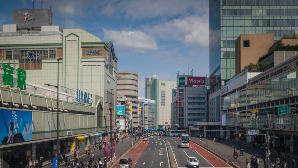 Koshu Kaido fuori dalla stazione di Shinjuku