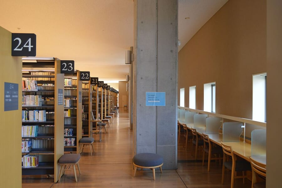Interno di una biblioteca