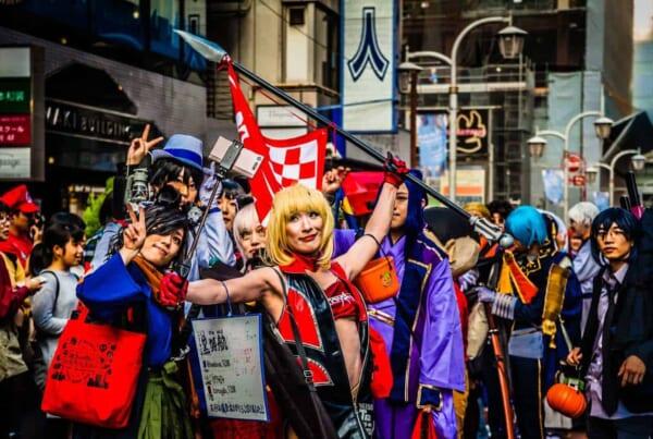 Persone in costume festeggiano Halloween in Giappone
